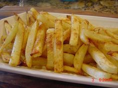BEST OVEN BAKED FRIES AND POTATO WEDGES - Ingredients 2 largebaking potatoes cut into strips about like the size of regular fries. after the potatoes are peeled and sliced, place them in a bowl of water with about two cups of ice cubes. Oven Baked Fries, Fries In The Oven, Baked Potato Fries, Baked Fries Healthy, Homemade Fries In Oven, Homemade French Fries, Baked Chips, Potato Dishes, Potato Recipes
