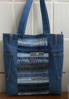 denim and lace patchwork tote bag Use jeans scraps for this! Bags are looking so nice in fascinating oneself. Denim Tote Bags, Denim Handbags, Denim Purse, Artisanats Denim, Denim Bag Patterns, Blue Jean Purses, Recycled Denim, Patchwork Bags, Fabric Bags
