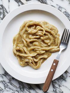 Padella's pici cacio e pepe Three of the most comforting words you'll read: pasta, butter, cheese. This classic Tuscan recipe for pici cacio e pepe comes from Borough Market's Padella. Tuscan Recipes, Italian Recipes, Olive Recipes, Pici Pasta, Vegetarian Pasta Recipes, Savoury Recipes, Vegetarian Entrees, Chef Recipes, Cacio E Pepe Recipe