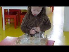 Verser de l'eau d'un pichet à un autre (atelier Montessori de vie pratique) - YouTube