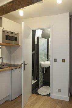 Située dans l'entrée d'un studio de 10m2, la salle de bains est mini mais fonctionnelle.