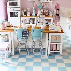 Are you in need of some Pastel Kitchen Colors to inspire? This retro inspired pastel kitchen will leave you wanting to create your own Diner style kitchen! Cute Kitchen, Shabby Chic Kitchen, New Kitchen, Vintage Kitchen, Kitchen Decor, Kitchen Ideas, Retro Vintage, Kitchen Black, Kitchen Colors
