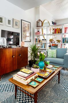 My A food and wine specialist serves up her retro, girly Jersey City studio Apartment Goals, Apartment Ideas, Studio City, Living Room Inspiration, Rustic Decor, Decor Styles, Sweet Home, New Homes, Indoor