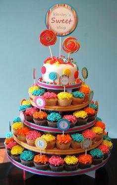 Torta decorada con chupetes de caramelos artesanal. #PasteleriaConCaramelos