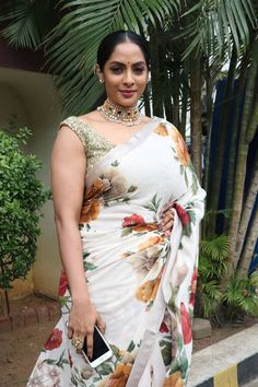 Actress sriya reddy pics in saree flower printed sleeveless blouse Beautiful Girl Indian, Most Beautiful Indian Actress, Beautiful Girl Image, Beautiful Saree, Beautiful Women, Simply Beautiful, Bollywood Designer Sarees, Bollywood Fashion, Bollywood Style