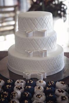 bolo lindo Wedding Cake Roses, Wedding Cakes With Cupcakes, White Wedding Cakes, Elegant Wedding Cakes, Beautiful Wedding Cakes, Wedding Cake Designs, Beautiful Cakes, Amazing Cakes, Beautiful Gorgeous