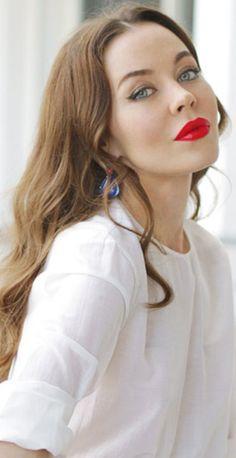 Russian model, style icon + clothing designer ulyana sergeenko does a bold red lip modern-vintage. Russian Beauty, Russian Fashion, Beautiful Lips, Beautiful People, Beauty Makeup, Hair Beauty, Flawless Makeup, Smoky Eyes, Ulyana Sergeenko