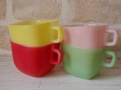 パステルカラー・ミルクガラスのヴィンテージマグカップ