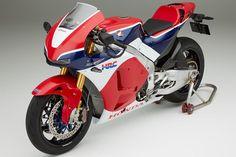 7 Honda RC213V-S    ¿Se imagina poder pilotar la moto de Marc Márquez por carretera? Pues puede hacerlo, eso sí, siempre que disponga de 188.000 euros. Este es el precio de la Honda RC213V-S en edición especial y limitada 250 unidades. La RC213V-S será una réplica casi exacta de la bicampeona del mundial de MotoGP en 2013 y 2014 con la que el piloto español tocó la gloria. Sus siglas lo dicen todo, solo se ha añadido una S (Street) para su nomenclatura