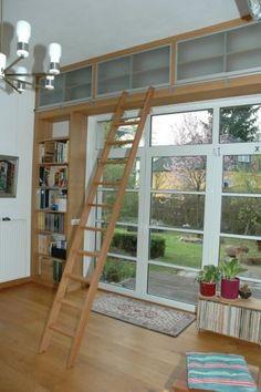Bücherwand in einem Privathaushalt in Berlin.