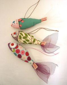 Superbenzin qua Mobile oder Sommerdeko am Fenster (im Schwarm) - - Fabric Crafts - Yorgo Angelopoulos Fabric Toys, Fabric Art, Fabric Scraps, Sewing Toys, Sewing Crafts, Sewing Projects, Sewing Ideas, Free Sewing, Hand Sewing