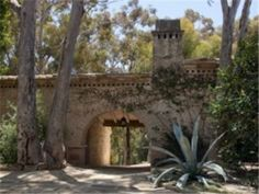 Stone paved Motor Court of Villa di Lemma – restored by artisans in 2001 by the great John Saladino as his personal estate in Montecito, CA. Designed by Wallace Frost in the Recently purchased by Ellen DeGeneres Portia de Rossi. Image via Cote De Texas Spanish Style Homes, Spanish Revival, Spanish House, Spanish Colonial, Tuscan Style, Mediterranean Style, Ellen And Portia, Hacienda Style, Hacienda Decor