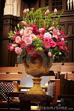 Grote vaas van de bloemen van het Huwelijk in een kerk
