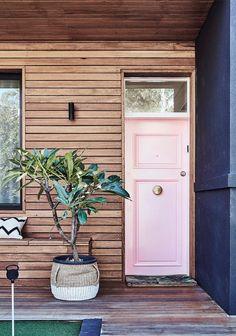 Una decoración cálida y moderna (y un rincón de lectura inesperado) Decoracion Vintage Chic, Ideas Para, Garage Doors, Outdoor Decor, Diy, Home Decor, Summer Porch, Vintage Decor, Cozy