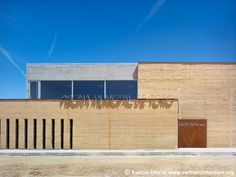 water + rammed earth: Piscina Municipal de Toro
