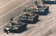 Foto por Charlie Cole. Otra fotografía clásica. Una persona desafía a una línea de tanques de asalto en la plaza de Tiananmen, en China. Los protestantes reclamaban una reforma democrática y fueron aplastados sin piedad.