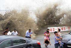 Panique sur les rives du fleuve Qiantang à Hangzhou, dans la province du Zhejiang, en Chine le 17 août 2011. Une énorme marée combinée avec une tempête provoque cette vague géante, inhabituelle au bord d'un fleuve.  Image: Reuters