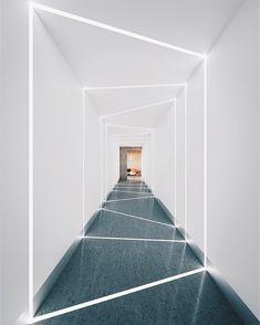 Modern Home Corridor Design That Inspire You 35 im flur Ceiling Light Design, False Ceiling Design, Linear Lighting, Lighting Design, Wall Design, House Design, Clinic Interior Design, Futuristic Interior, Interior Lighting