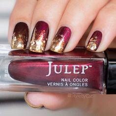 Para um contraste maior e unhas mais dramáticas, use um vermelho bem escuro e esmalte com glitter.