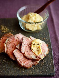 やさしい甘みのチーズディップで、豚のローストもおしゃれに演出できる! ハムにもとても合うのでサンドイッチにしても◎。|『ELLE a table』はおしゃれで簡単なレシピが満載!