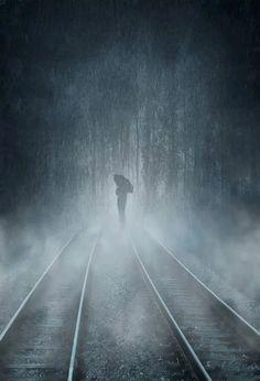 Foto Walking In The Rain, Singing In The Rain, Rainy Night, Rainy Days, Arte Black, I Love Rain, Rain Photography, Foto Art, Train Tracks