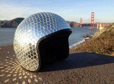 De Disco Ball Helmet van ontwerpster Natalie Walsh uit San Francisco biedt uitkomst. De helm is niet te bestellen, maar Walsh geeft wel instructies waarmee je er zelf een kunt maken.