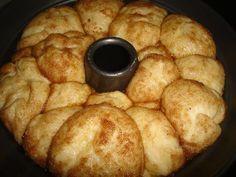 Τσουρεκοκεικ με ζαχαρη και κανελα! Εγω μόνο που το βλέπω θέλω να μπω στην οθόνη!!!Πολύ λαχταριστό!!! Για τη ζύμη…. 100 γρ ζαχαρη, 125 γρ λιωμενο βούτυρο, 2 μεγαλα αυγα, 200ml χλιαρο γαλα ,2 κουταλακια κανελα, 2 βανιλιες, 1 φακελακι μαγια, 1/2 κουταλακι αλατι, 1/2 κιλο αλευρι για ολες τις χρησεις,(ισως και … Greek Sweets, Greek Desserts, Greek Recipes, Fun Desserts, Sweets Recipes, Brunch Recipes, Cake Recipes, Cooking Cake, Cooking Recipes