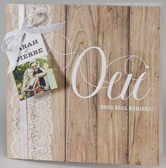 Faire-part de mariage Buromac Papillons 2018 108.027. Faire-part de mariage nature, en deux volets, dont la couverture est joliment décorée d'un fond à motifs bois et dentelle blanche. Le mot « oui » est apposé en blanc et en relief sur la couverture. Un joli ruban blanc satiné vient se nouer autour de la couverture. Une carte porte prénom sur laquelle vous pouvez faire imprimer votre photo vient s'accrocher au ruban. Une petite carte d'invitation accompagne ce faire-part. Faire Part Nature, Marriage, Relief, Deco Table, Weddings, Hunting Wedding, Wedding Trees, Valentines Day Weddings, Wedding