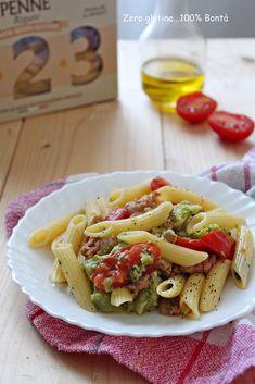 Pasta con broccoli , salsiccia e pomodorini , un primo piatto semplice , gustoso e facile da preparare . Si prepara in meno di 20 minuti !