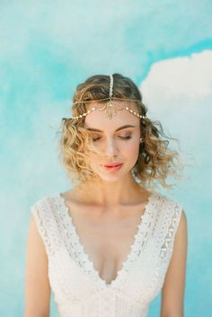 The gold and ivory detailing on this headpiece is like a breath of fresh air