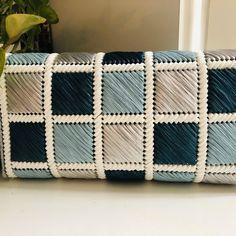 Crochet Clutch Pattern, Diy Crochet Bag, Crochet Bag Tutorials, Crochet Coaster Pattern, Plastic Canvas Stitches, Plastic Canvas Crafts, Plastic Canvas Patterns, Diy Handbag, Diy Purse