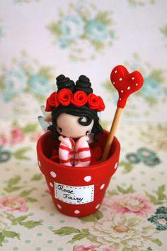 Figurine de fée est passée dans un pot de fleur