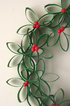 Christmas Crafts - Toilet Paper Roll Wreath - cute Christmas Kids craft using recycled items Noel Christmas, Winter Christmas, Christmas Wreaths, Christmas Ornaments, Paper Ornaments, Recycled Christmas Decorations, Christmas Reef, Flower Ornaments, Holiday Decorations