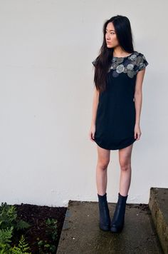 basic t-shirt dress - black with flowers