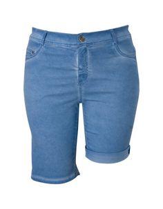 Blauwe bermuda. Het is een aansluitend 5-pocket model gemaakt van soepele stof. De korte broek is voorzien van riemlussen en sluit met een knoop en rits.  #zomercollectie #zomerkledingdames #zomerkleding