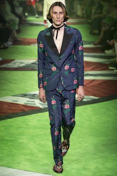 10 Styling Tricks We're Stealing From the Spring 2017 NYFW: Men's Shows Similar to Anja Rubik's suit without a shirt look, we're so into this Gucci styling, especially since it's paired with the trend we're still obsessed with, choker necklaces. Men Fashion Show, Only Fashion, Fashion 2017, World Of Fashion, Spring Fashion, Mens Fashion, Gucci Fashion, Milan Fashion, Fashion Styles