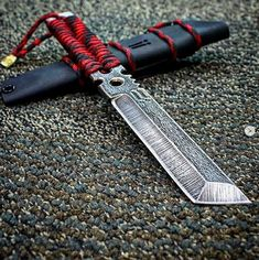 Pretty Knives, Cool Knives, Knives And Swords, Ninja Weapons, Weapons Guns, Paracord Knife, Cool Swords, Weapon Concept Art, Fantasy Weapons