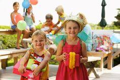 Una selezione di giochi per una festa di compleanno all'aperto per bambini da 6 a 8 anni.