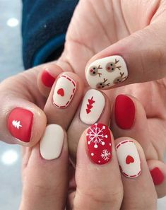 winter nail art designs, winter nails Nagellack Ideen Christmas Nail Art Designs To Look Trendy This Season Xmas Nail Art, Christmas Gel Nails, Christmas Nail Art Designs, Holiday Nails, Easy Christmas Nail Art, Christmas Makeup, Christmas Design, Nail Designs For Winter, Cool Easy Nail Designs