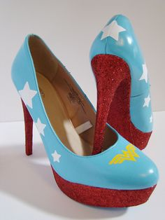 Wonder Woman Wedding Heels - how fun would these be under a wedding gown? Cute Shoes, Me Too Shoes, Wonder Woman Wedding, Wonder Woman Shoes, Wonder Woman Clothes, Estilo Geek, Maquillage Halloween, Wedding Heels, Geek Chic
