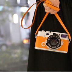 에르메스 X 라이카 (Hermes x Leica Limited Edition Camera) Leica Camera, Camera Shy, Poloroid Camera, Camera Purse, Camera Gear, Film Camera, Polaroid, Andy Warhol, Hermes Orange