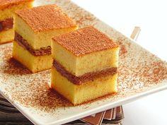 Mod de preparare Sandwich cu ciocolata: Ouale se bat cu un praf de sare si zaharul vanilat pana devin ca o crema si aproape ca isi tripleaza volumul. Se adauga untul topit si racit, apoi laptele condensat, amestecand usor. Faina amestecata cu praful de copt se amesteca in compozitie, omogenizand…