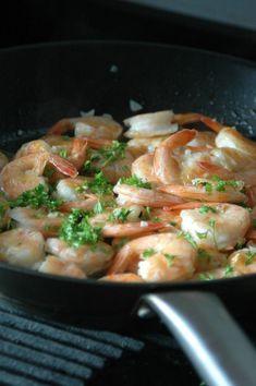 Maak nu ook de lekkerste knoflookgarnalen gewoon thuis. Dit simpele recept heeft maar een paar ingrediënten. Om je vingers bij op te eten..! Keto Meal Plan, Fish Recipes, Drink Recipes, Tapas, Meal Planning, Shrimp, Seafood, Bbq, Meals