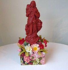 imagem em gesso com pedestal e aplicação em flores