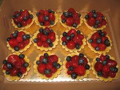 Reteta de acasa: Mini tarte cu fructe Mini Fruit Tarts, Mini Tart, Mickey Party, Mixed Berries, Party Desserts, Delicious Desserts, Dairy Free, Waffles, Biscuits