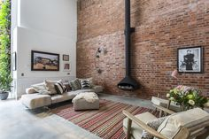 This loft apartment in Clerkenwell, London used to be a factory where barrels were made. Now it has been turned into a stunning apartment that we can not only look at but you can stay in it as well! The (triple height!) living space has a beautiful exposed brick wall, a marble kitchen and a …