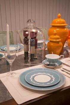 ESTILO PILAR 2015 BOUQUET. Juego de vajilla porcelana china color tiffany, cloche de cristal con soldaditos de madera antiguos y como centro de mesa unos potiche color naranjas. Todos de SALAZAR casa