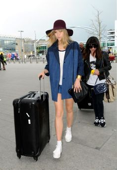 Suki Waterhouse dons a baggy denim jacket + cool floppy hat while traveling