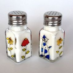 Salt & Pepper Shakers Cat Hand painted by artist Isabelle Malo Sharpie Projects, Sharpie Art, Glass Bottle Crafts, Bottle Art, Pebeo Vitrail, Ceramic Butter Dish, Glass Painting Designs, Stained Glass Paint, Jar Art