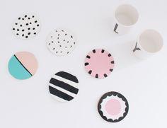 In dieser Anleitung zeige ich dir, wie man stylische und süße Untersetzer aus Ton selber machen kann. DIY Untersetzer aus Ton